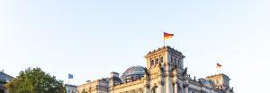 Bundestag mit deutscher Flagge im Wind