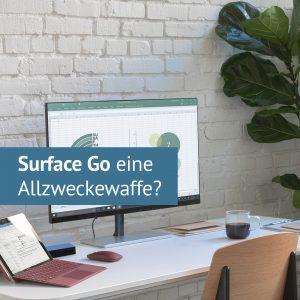 Surface Go auf einem Tisch mit Bildschirm und Stuhl